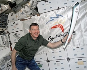 Ici c'est James Voss qui pose avec la torche durant la mission STS 101 - Photo: NASA